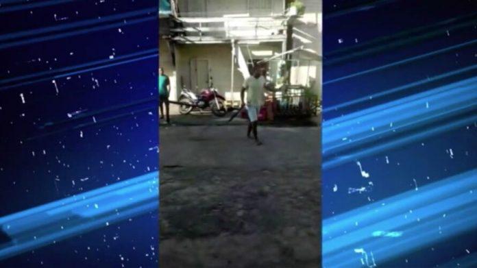 IMAGENS FORTES! Vídeo mostra briga de homens com facões no meio da rua; VEJA O VÍDEO
